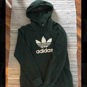 Snygg mörkgrön adidas hoodie, endast testad en gång. Nyskick! Nypris ca 700kr, mitt pris 250kr. Möts helst upp i Karlskrona. Köparen står för frakten!