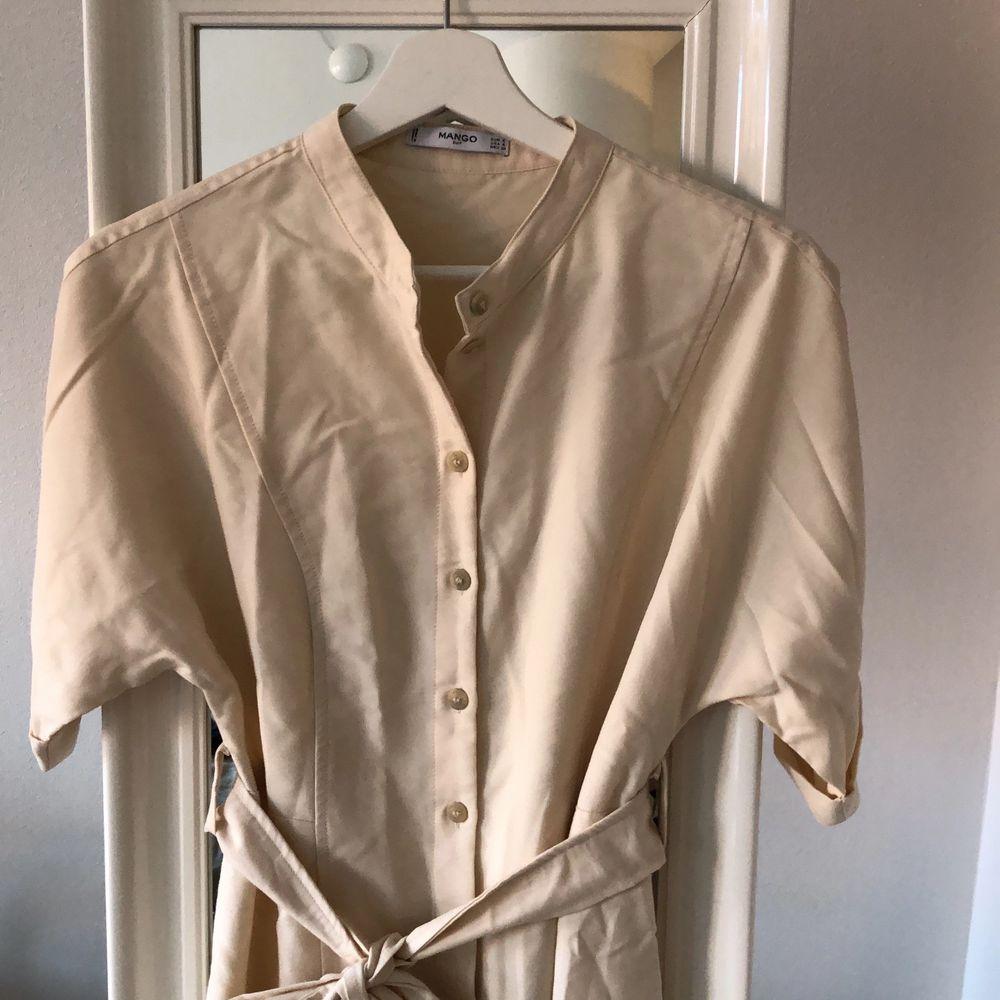 Beige sommarklänning med knyte i midjan! Använd en gång på grund av för lite i storleken! 100kr inklusive frakt . Klänningar.
