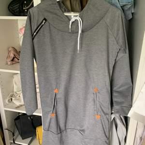 Lång hoodie i str xl men liten i storlek skulle säga en s