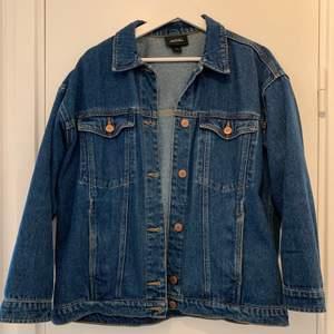 Mörkblå jeansjacka i storlek XS från Monki. Använts mycket men är fortfarande i god skick. OBS! Stor i storleken då jag vanligtvis har storlek 38.