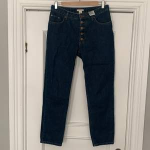 Snygga jeans från H&M trend med snygg knäppning i gylfen.