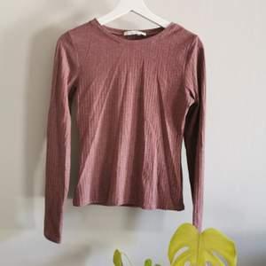 Ribbad tröja från Nellys egna märke. Fint skick men sömmen har gått upp lite på vissa ställen (bild 2). Köparen står för frakt.