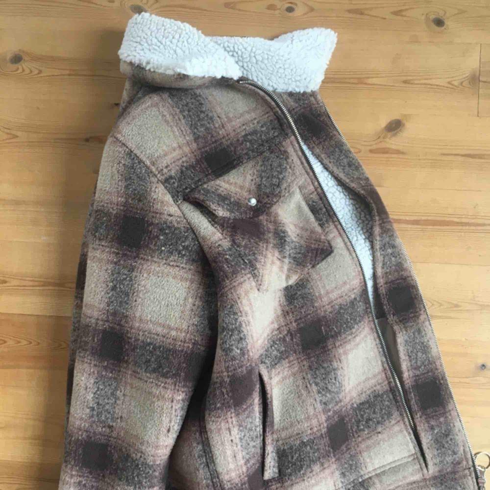 Relativt oanvänd jacka från Weekday🖤 Nypris: 800kr🧡🧡 Den är i superbra skick & använd ca 6 tillfällen.  Jackan fungerar både som höstjacka & vinterjacka. Materialet på tyget är ganska hårt. Men tror att tyget mjuknar upp vid vidare användning!  . Jackor.