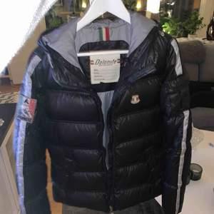 Vinterjacka ifrån Dolomite, snygg kroppsnära passform. Jackan är i Väldigt bra skick!  Passar en liten medium/Small ✨