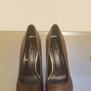 Helt nya skor aldrig änvände bara provet köpte på sommaren väldigt fint, högklackade 9cm ,stl:38 En fint julklapp till någon eller till dig själv....