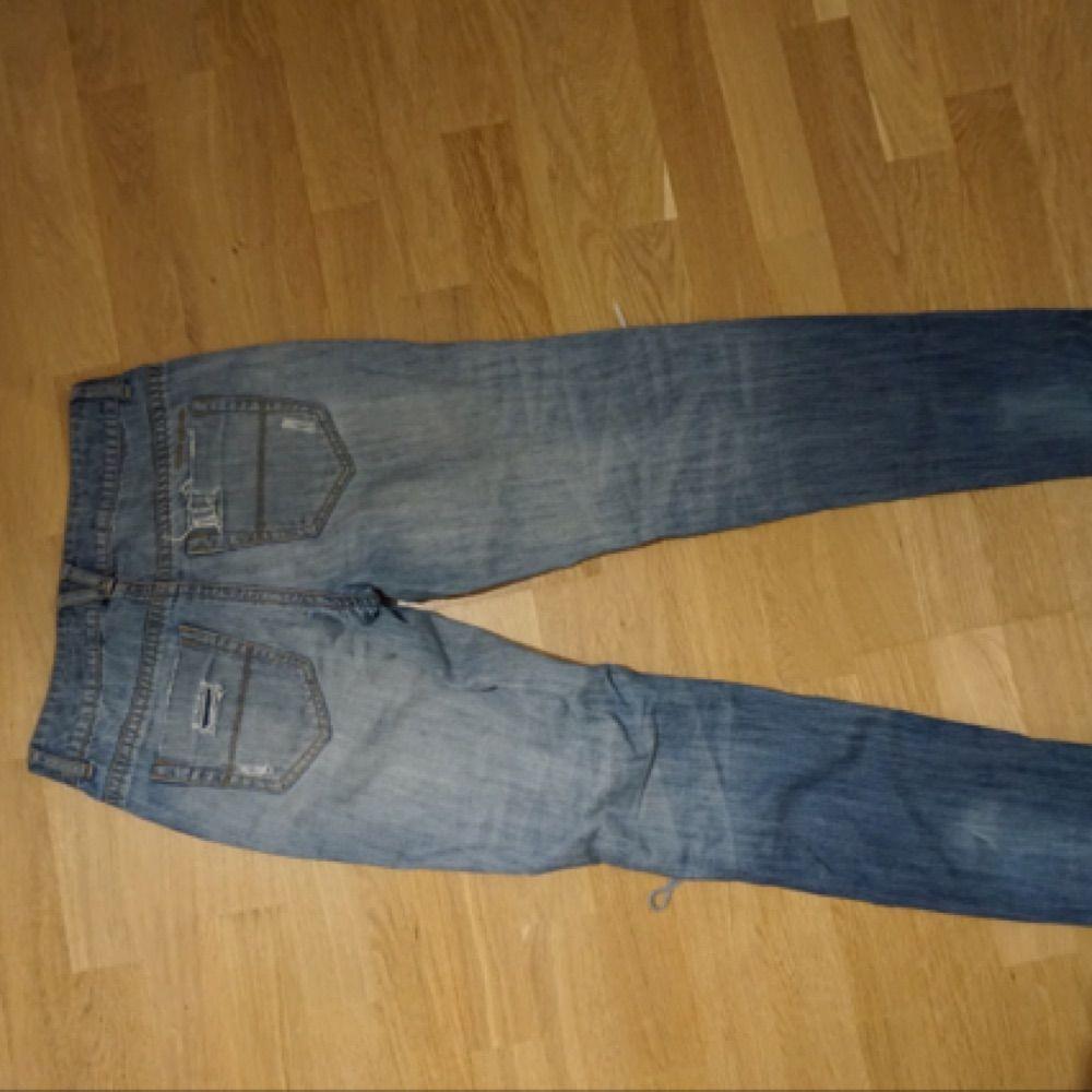 Säljer mina älskade DKNY jeans. De är i storlek 2 vilket motsvarar ca en 36a. Pris kan diskuteras vid snabb affär.. Jeans & Byxor.