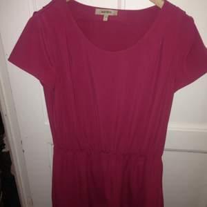 Whyred/ härlig röd klänning. Inga fläckar.