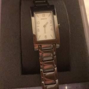 Guess klocka i fint skick kan tänka mig att ev gå ned i pris. Frakt ingår ej.