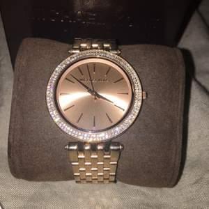 Säljer min ursnygga Darcia Roségold klocka från Michael Kors. Originalförpackning medföljer! Har även tag kvar. Inköpt år 2015