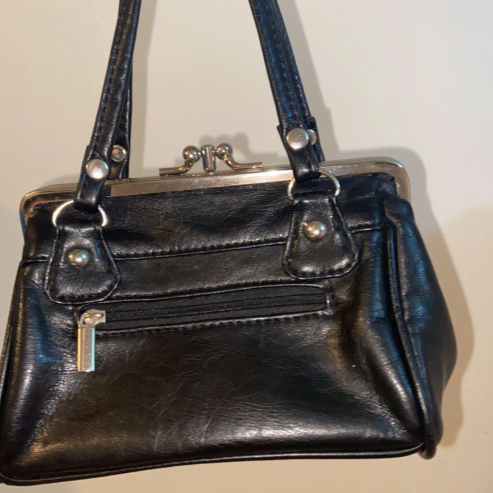En liten väska med tre fack. Oanvänd . Accessoarer.