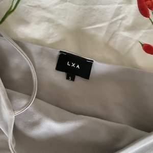 Köpte detta linne från Linn Ahlborgs egna klädmärke LXA för någon vecka sedan. Klippte av lappen och inser att det är för stort... Det är en storlek S men hade sagt det passar någon som är storlek M eller någon som har större byst än mig... Vill se om någon är intresserad då jag inte kan skicka tillbaka dem. Frakt tillkommer