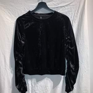 En sammets tröja från newyorker med lite puffade armar (se bild 2). Tröjan är i nyskick och säljs för att den inte används