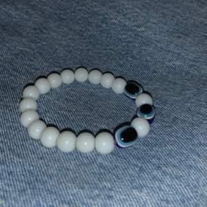Armband med fina vita pärlor och ögon-pärlor🤍💙