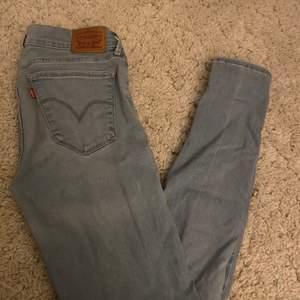 Jättebekäma jeans från Levis 710. Är i en jättefin tvätt dock så är de ljusblåa och inte gråa som det ser ut på bilden, skickar fler bilder privat❤️❤️