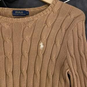 Äkta Tröja från Ralph Lauren. Köpt från Jackie i Mall of scandinavia. Super fin Beige/brun färg. Mycket bra skick! Storlek S