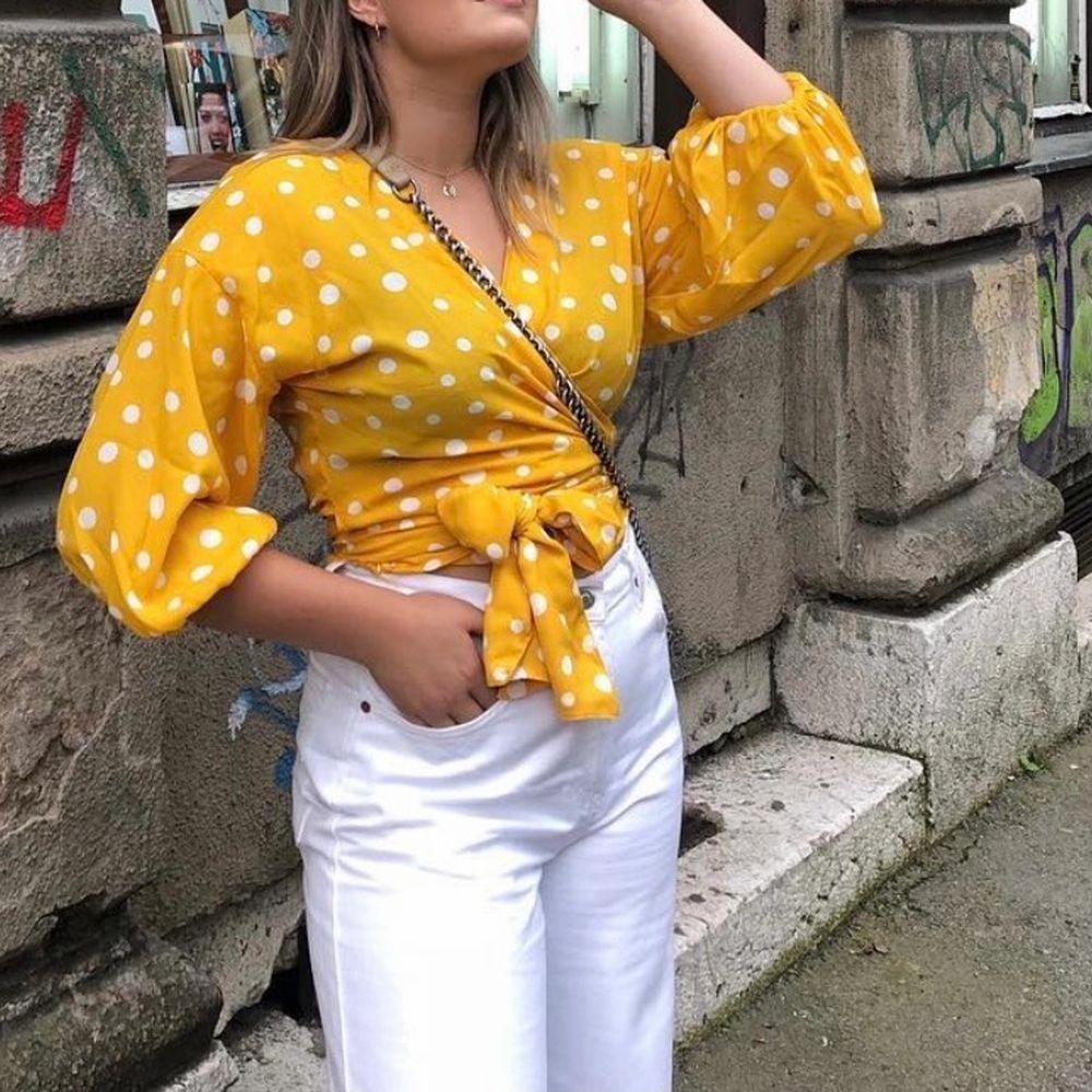 Säljer en jättefin gul & prickig blus som tyvärr inte kommer till användning länge. . Blusar.