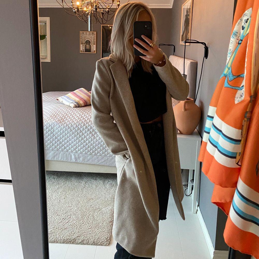 Supersnygg beige kappa från Zara i storlek S. 💕💕 buda !!. Jackor.