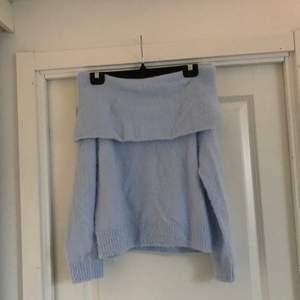 Blå off shoulder stickad tröja! Jättefin och skönt material!