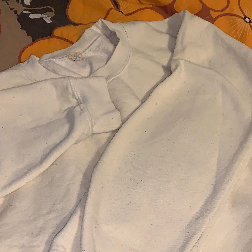 """Ljusgul tjocktröja köpt från Brandy Melvilles Stockholmsbutik när den fortfarande var öppen! ⭐️ Det står """"John Galt"""" på lappen vilket är ett av Brandy Melvilles märken. Små noppror men annars bra skick ♥️. Tröjor & Koftor."""