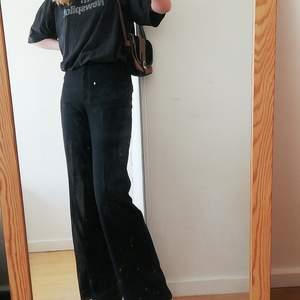 Jättefina svarta, raka kostymbrallor. Köpta på monki för 400 spänn och tror inte de säljs längre? Jättesköna, passar till alllt😊💞💞