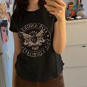 cool tshirt från gina, köpt för kanske 3-4 år sen men använder inte och den är i bra skick.