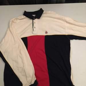 En fin tröja från 90-talet. Den har en krage också. Den är väl använd och i storlek L-XL. Men den passar M också beror på hur man vill att den skall sitta! Frakten tillkommer! 💕