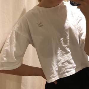 T-shirt från Puma med lite länge armar och croppad. Fint skick och passar till allt!