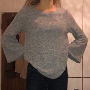 grå tröja med utsvänga ärmar, väldigt mjuk och varm. stor men lite korta ärmar så passar nog bäst till XS-M. gullig att styla till kjol eller jeans