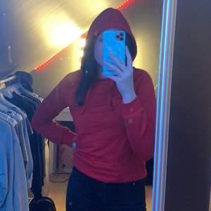 En röd hoodie från Gina tricot, använt ungefär 5 gånger storlek xxs men har s och passar ändå. Du betalar för frakt
