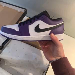 Säljer 2 st Jordan 1 Court purple low, strl 44,5, cond: dswt. Allt og.  Bin 1399 + 📦. (1 såld)