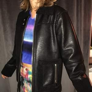 Biker jacket från Carin Wester. Nyskick. Storlek 36 men sotter oversized. Nypris 1000 kr.