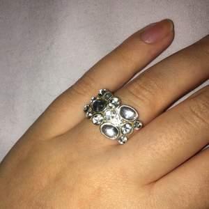 """Superfin ring med genomskinliga och """"diamant-liknande"""" stenar 🤍"""