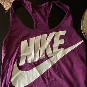 Två Nike linnen i storlek m.