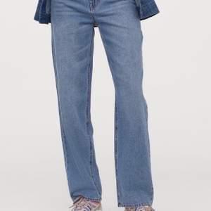 Jeans från H&M köpta på secondhand. Mid-Rise, strl 36 och jätteskönt material. Lite korta på mig som är 165 cm lång, skulle säga att dom skulle passa prefekt på en 36 på 160cm. 100kr +frakt💕