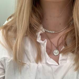 Handgjort halsband med hälften hälften! Passar bra både till vardags och fest🤍