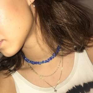 Blått halsband i med blåa plast pärlor köpt av uf företag för 2 år sen  jätte fin och nytt skick fri frakt