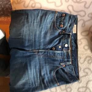 Skitsnygga jeans från Levis i bra skick! Snygga men tyvärr försmå.