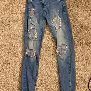Blåa slitna jeans i strl 36
