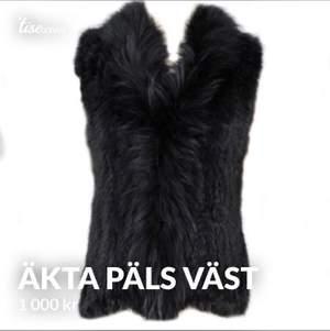 """Säljer min fina pälsväst från Borninstockholm.så här beskriver hemsidan västen. """" Pälsväst stor krage svart. Tunnare pålsväst i kanin päls som har en virkad botten. Pälsen har inget foder vilket gör den perfekt över en kofta, t-shirt eller jacka. Passar både inomhus samt utomhus. Det perfekta plagget att slänga på sog i alla lägen. Handtvätt."""" Nypris på västen är 1 500 kr. Västen är endast använd 2 gånger och är som ny."""