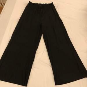Säljer två likadana byxor, ett par i svart och ett par i beige. Båda storlek M. Använt ca 2-3 gånger. Båda är i väldigt fint skick. Ett par för 150kr eller båda för 200kr.
