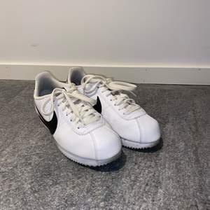 Sneakers från Nike i modellen Classic Cortex leather, använda ett fåtal gånger. Nypris: 899kr. Pris exklusive frakt!