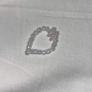 En ring som kostar 30kr + frakt 🤍 bandet är strechigt och såklart så har ringen inget spänne 🤍 pärlorna är i strl L