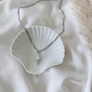 Halsband med blixt ⚡️ Kedja i rostfritt stål. Kan även beställas utan blixt för 99 kr. Se mer på insta: Moon.Jwlry 🌙✨