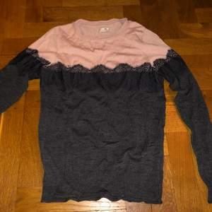 En super fin stickad tröja med lite Lace/spets! Tröjan är i bra skick utom vid nedersta kanten där den är lite fel sydd samt den har öppnat sig lite! Orginalpris ligger på: 1300kr
