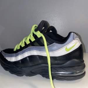 Säljer ett par svarta/neon unika Nike Air Max 95 GS som inte går att köpa längre i storlek 40. Skorna är små i storleken så skulle rekommendera 39. Använda cirka 2 veckor men är i fint skick. Inga synliga slitningar förutom på vänster insida vid hälen, detta på grund av skohorn. Syns på bild 3. Köpta i London på foot locker. Original pris 2000kr! Skriv vid frågor eller fler bilder. Frakt tillkommer och köpt är köpt! PRIS KAN DISKUTERAS!