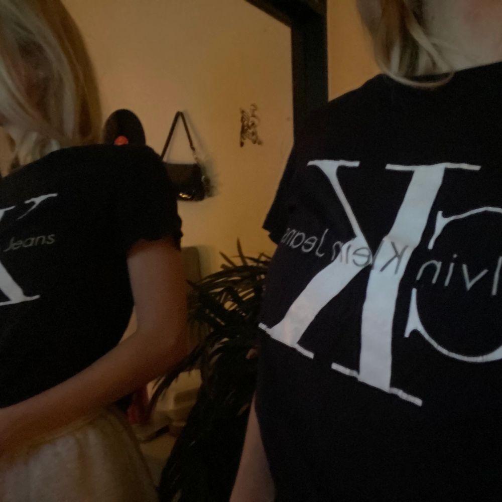 T-shirt från Calvin Klein i storlek XS. Frakten inkluderas inte! Pris går att diskutera💓. T-shirts.