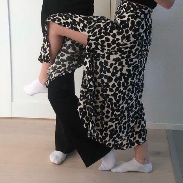 Lång kjol med två slitsar svin snygg. Kjolar.