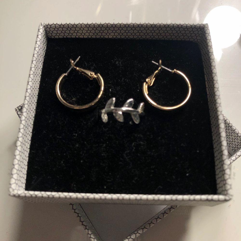 Säljer nu dessa fina örhängen (OBS ringen är såld) ☺️Man kan köpa de separat, både silver och de guldiga örhängena säljer jag för 40kr styck, den stora ringen säljer jag för 30kr och den mindre ringen säljer jag för 20kr båda ringarna är i stl XS/S. Kontakta mig vid intresse🥰. Accessoarer.