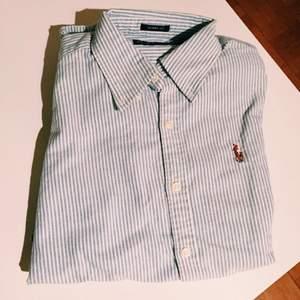 Blå/vit randig skjorta från Ralph Lauren. Använd 1 gång!   KONTAKT: 0768138851 / Ellen.g@live.se