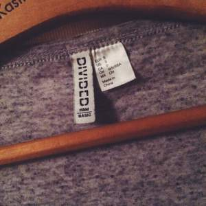 Tröja från H&M, lätt tunnt tyg med liten ficka framtill. Knappt använd